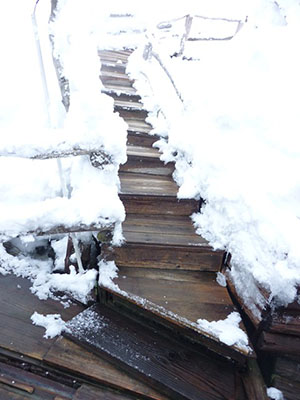 The path to the outdoor bath. As the picture shows, the footing is not good so those with weak legs must be very careful.