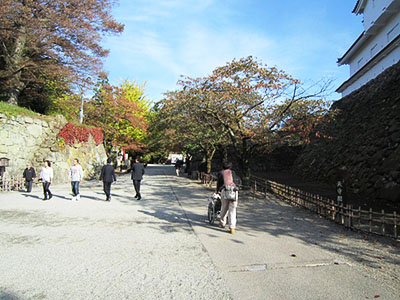 Route from Nishi Demaru parking lot. It has a small slope.